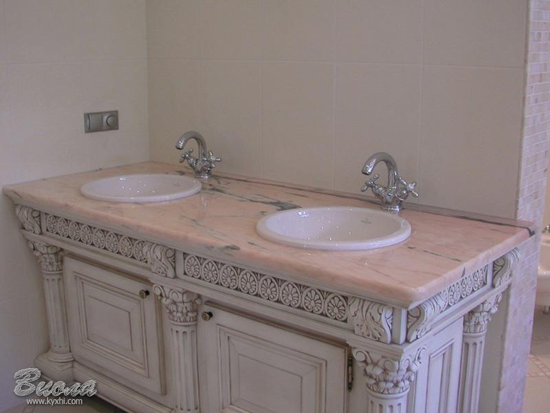 Столешница в классической ванной комнате темная столешница и светлая стеновая панель
